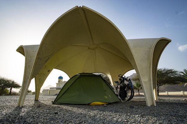 Am Weg von Nizwa, kurz nach der Al Huta Höhle, finden wir einen kleinen Park mit Wasser, Toilette und Pavillon. Ideal für eine Nacht!