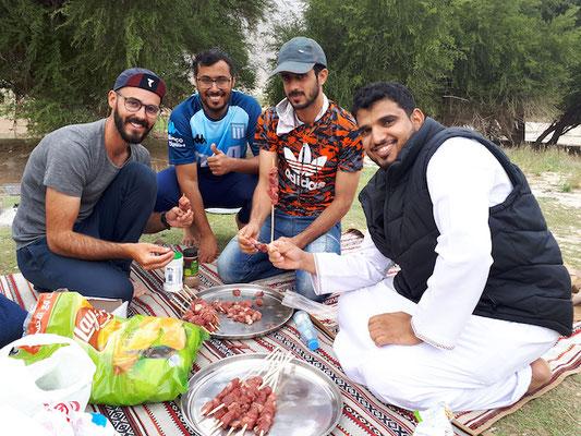 Sami (zweiter von Rechts) und seine Freunde führen uns zum BBQ in den Park aus!