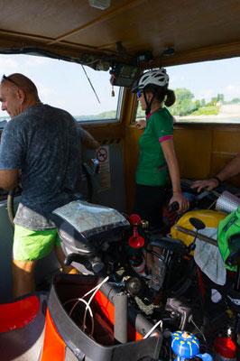 Wir überqueren die Donau mit einem Mini-Boot.