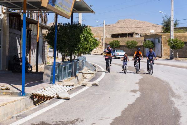 Von einem Termin zum Nächsten durch Muzas Dorf. Sogar ein Radfahrer im KTM-Outfit hat sich unserer Tour angeschlossen ;)
