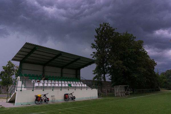 Wir suchen Schutz vor dem Unwetter auf einer Fußballtribühne.