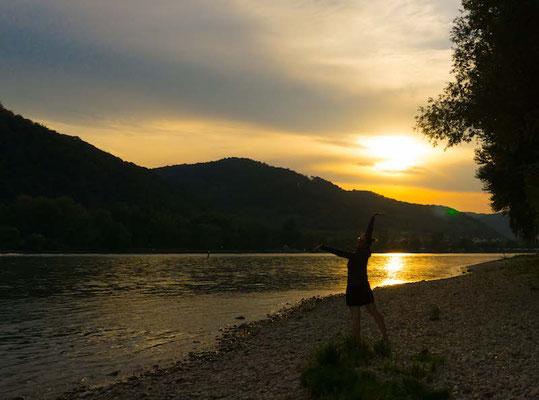 Sonnenuntergangsstimmung beim Wildcampen an der Donau kurz vor Krems. Traumhaft.