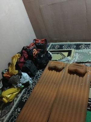 So sieht es von innen aus. Ein kleiner Raum, mit Teppich ausgelegt und eine Lampe. Alles was man braucht!