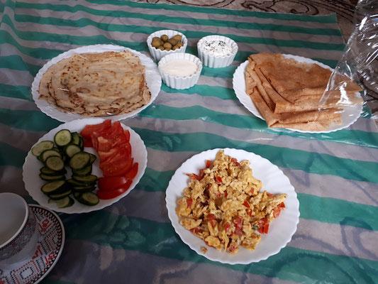 ...mit den besten, selbstgemachten Palatschinken, die wir je gegessen haben! Leider wird im Oman immer eine Einwegplastikunterlage verwendet. Egal ob man am Boden oder auf dem Tisch isst.