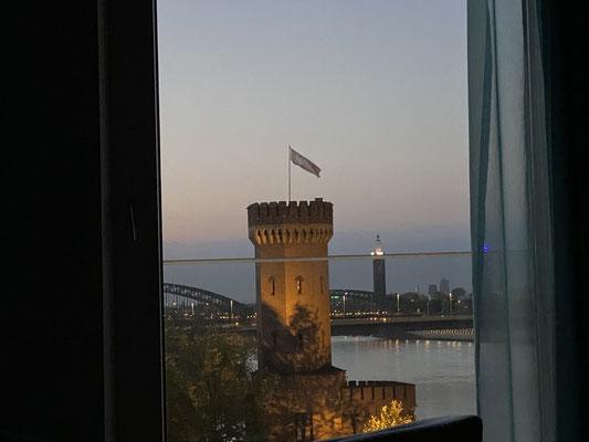 """Zwischenzeitlich war ich auch in Köln (Toller Ausblick aus dem Hotelzimmer!) ... um dort meinen Camper """"The Beast"""" aufrüsten zu lassen ..."""