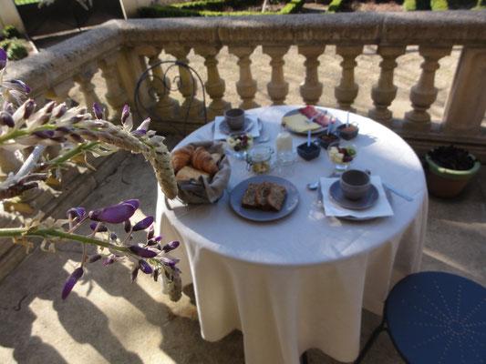 Petit déjeuner en terrasse 01
