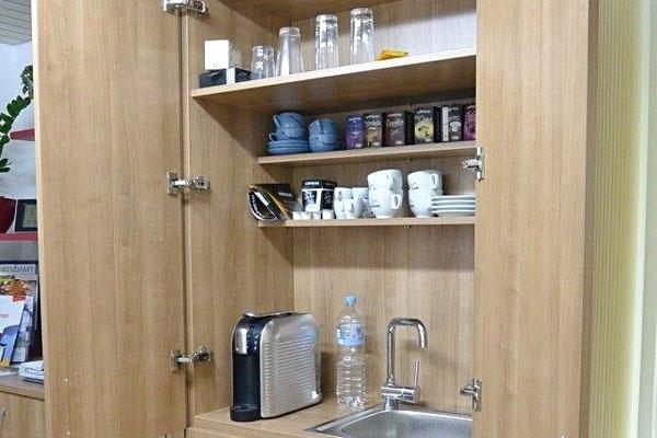 Küche für Besprechungszimmer versteckt im Aktenschrank