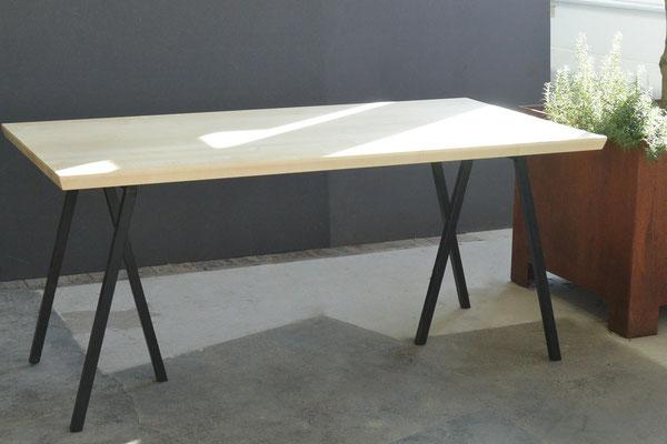 Tisch mit Metallgestell und Ahorntischplatte