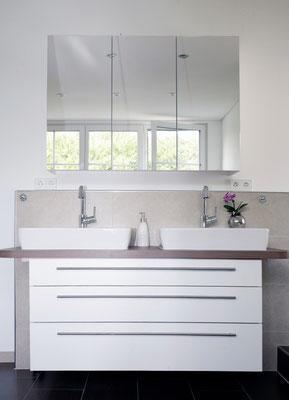 Badunterschrank in weiß & Holzdekor Aufsatzplatte mit zwei Aufsatzwachbecken und Spiegleschrank
