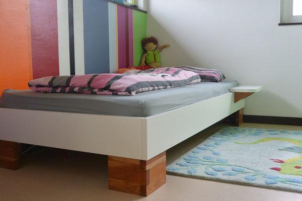 Jugendbett in weiß & Kirschbaum-Bettfüße