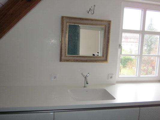 weiße Waschtischplatte mit Badunterschrank aus einem Guß