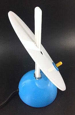 Maße: Durchmesser der Scheibe = 23 cm. Höhe  ohne Leuchtmittel = 26,5 cm, Fussdurchmesser = 13 cm.