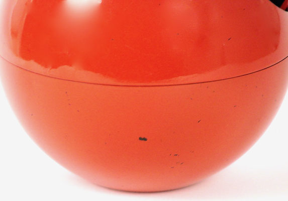 Minimale Gebrauchsspuren, ein kleiner Farbabplatzer. Minimal signs of wear, a small Farbabplatzer.