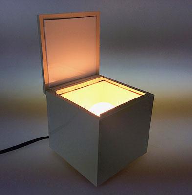 Heben Sie die Abdeckung und das Licht beginnt zuz leuchten, schließen Sie den Deckel so verlöscht das Licht!