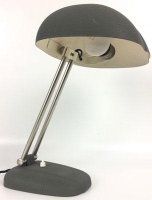 Seltene Schweizer Schreibtischlampe aus den 30er Jahren mit einem Schirm in Muschelform.