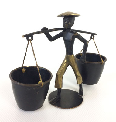 Sehr interessante Figurine aus den 50er Jahren. Wasserträger aus Messing. Erinnert an Entwürfe von Walter Bosse oder Herta Baller.