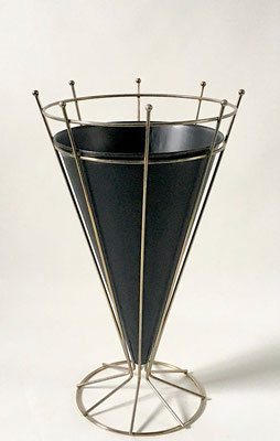 Schöner, alter zeittypischer Schirmständer. Beautiful, old umbrella stand typical of the time.