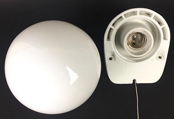Maße: Höhe = ca. 16 cm. Durchmesser  = 14 cm. Wandabstand = 16 cm. 1 x E 27 Fassung, Zugschalter.