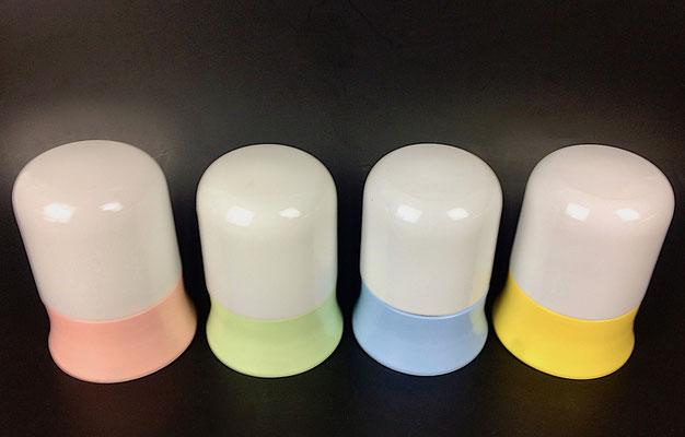 Sockel aus durchgefärbten Kunstoff und Opalglas Kuppel zum schrauben.