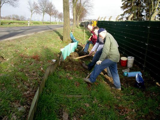 Pflegemaßnahmen am Amphibienschutzzaun (Foto: Achim Schumacher)