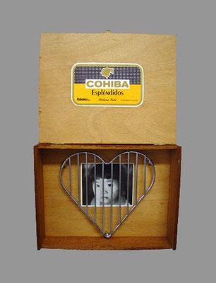 """Titel: """" Souvenir"""", H 39 cm, B 26 cm T 5 cm Matertial: Holz, Papier, Metall; 1998"""
