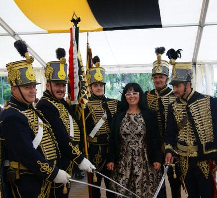 Georgia in Pose mit ungarischen Husaren auf Schloss Artstetten