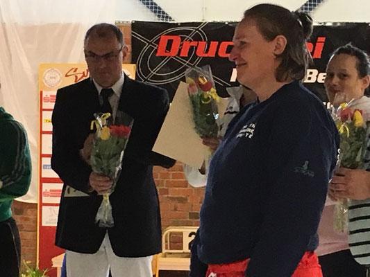 Mit dem Sandan wird Kerstin Schmidtsdorf für ihre hervorragenden sportlichen Leistungen geehrt.