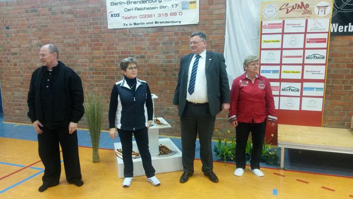 EFS-Direktor Dr. Torsten Kastner, die Oberbürgermeisterin Dr. Dietlind Tiemann, Präsident Michael L. Hübner und Förderin Beate Huth namen die Siegerehrung vor