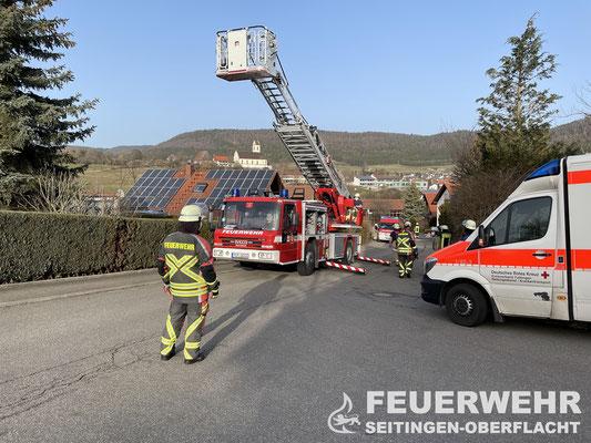 Die Drehleiter der Feuerwehr Tuttlingen wird in Stellung gebracht