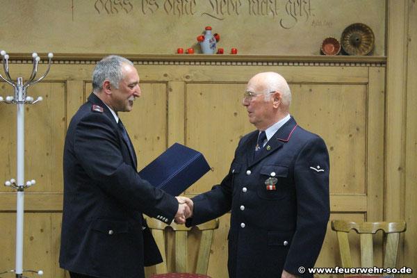 Kommandant Leinberger beglückwünscht Ehrenkommandant Bänsch zum 50. Jubiläum