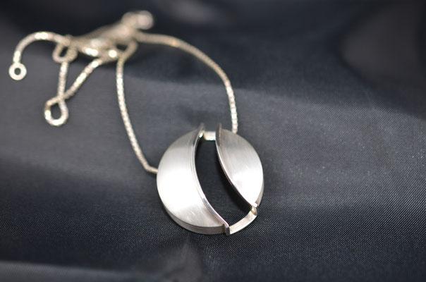 Edelsmid Wilma van den Hoek Hanger 'verbreken verbinden' (zilver)