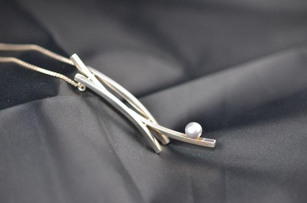 Edelsmid Wilma van den Hoek Hanger 'de aangeboden parel' (zilver/parel)