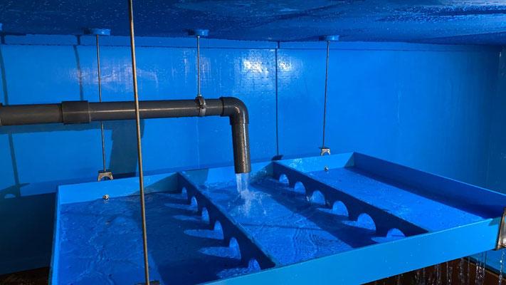 """Über die Rieselwanne wird Rohwasser aus der Tiefenbohrung """"Tuckerschlade"""" in die beiden Filterkammern verteilt"""
