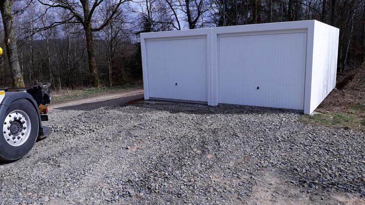 Aufstellung einer Doppelgarage im März 2020. Sie dient als Garage und Lager