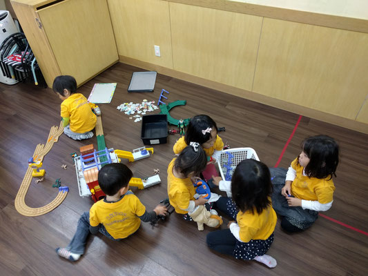 The daycare kids playing with toys 保育園キッズ遊んでる