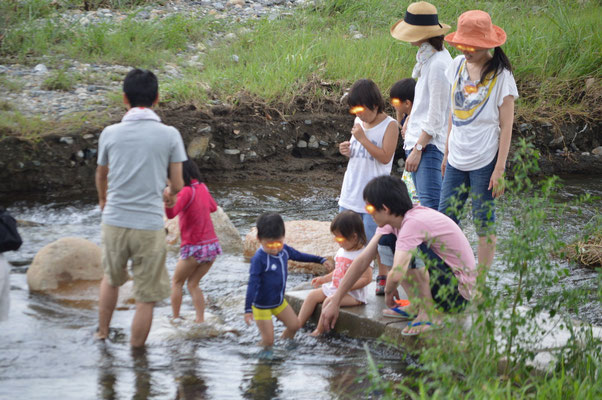 playing in the river みず 遊ぶ