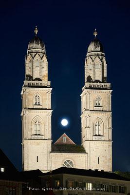 Grossmünster Zürich mit Vollmond zwischen den Zwillingstürmen - #2494