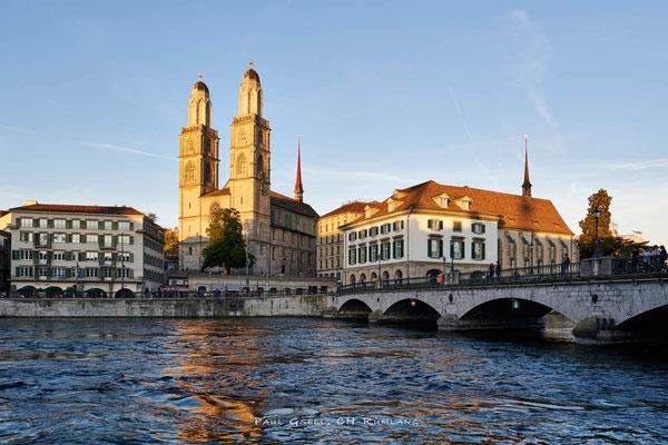 Zürich - Grossmünster, Helmhaus, Wasserkirche bei Abendsonne