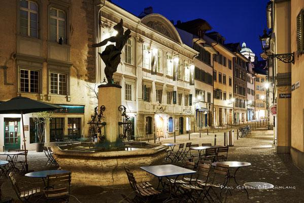 Zürich Neumarkt mit Jupiterbrunnen bzw. Nike-Brunnen bei Nacht