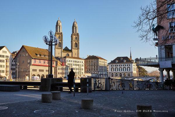 Zürich - Weinplatz, Blick auf Limmatquai mit Grossmünster