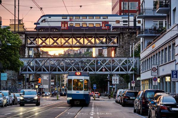 Stadtverkehr in Zürich, Abenddämmerung an der Limmatstrasse mit Aussersihler-und Letten-Viadukt