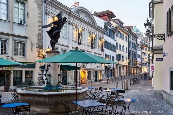 Zürich Neumarkt mit Jupiterbrunnen bzw. Nike-Brunnen bei Abenddämmerung