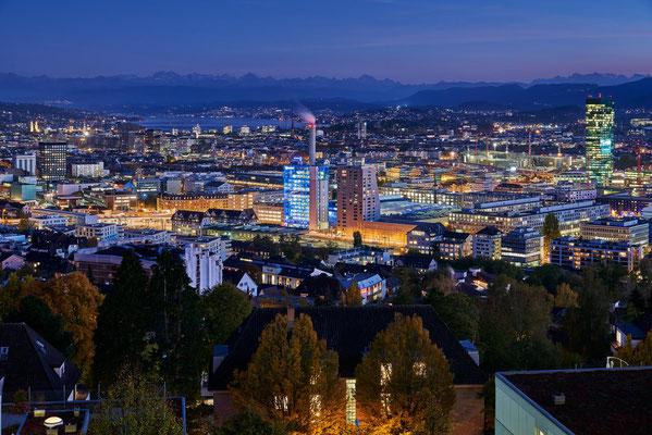 Blick auf Zürich bei Abenddämmerung