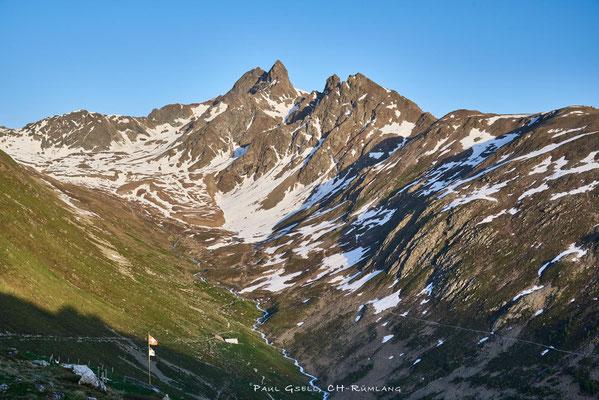 Blick von Muottas Muragl zum Piz Muragl, im Vordergrund das Val Muragl mit dem Fluss Ova da Muragl
