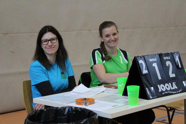 Tisch: Zeitnehmerin Valérie und Protokollführerin Alexandra