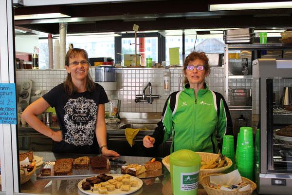 In der Festwirtschaft: Maja und Lilian