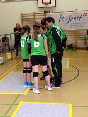 Das Damenteam mit den beiden Coaches Mikkel und Noah