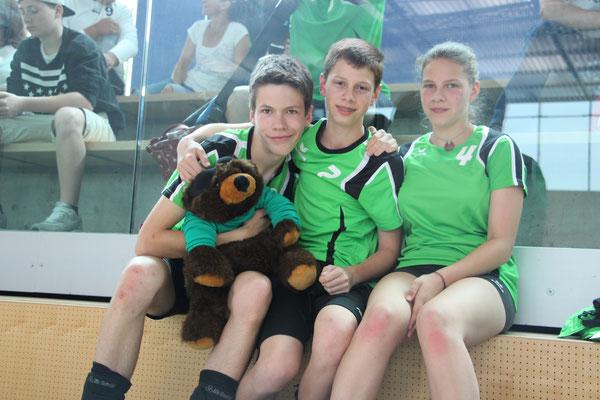 Joel, Kay und Dana mit Maskottchen