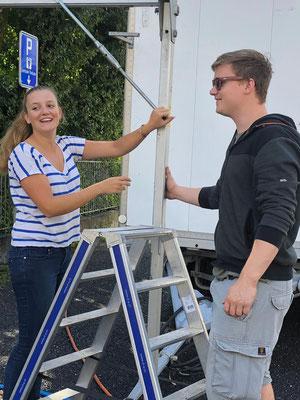 Valérie und Mario beim Aufbau