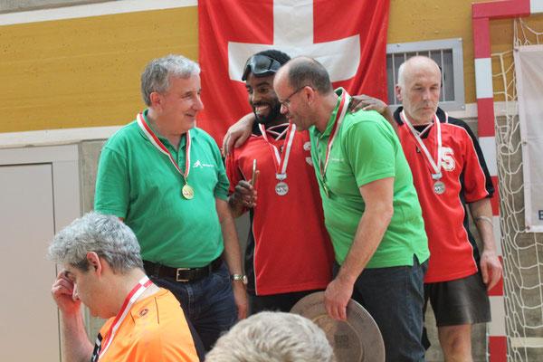 Gratulationen vom zweitplatzierten TCB Basel